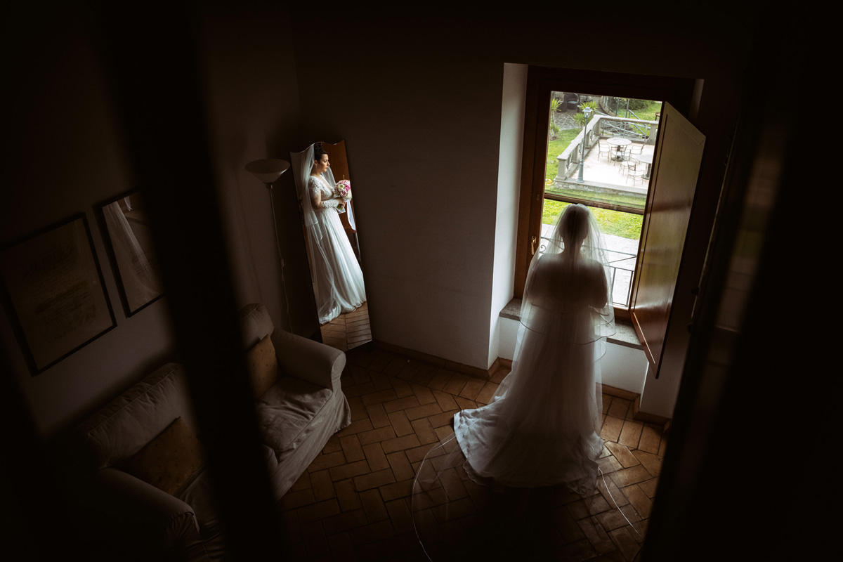 The bride in front of the mirror and the window in a picture by Fabio Schiazza