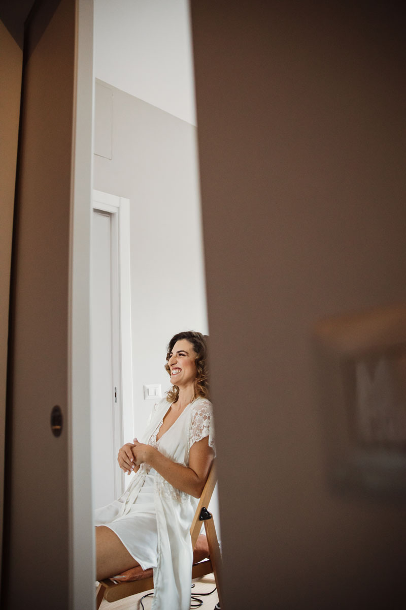the bride's getting ready in a pic by Fabio Schiazza