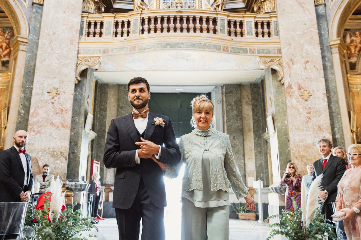 the groom and his mother entering into the church in a pic by Fabio Schiazza