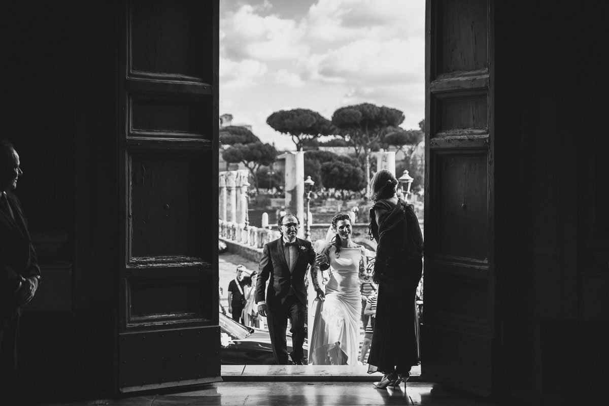 the bride and her father entering into church in a pic by Fabio Schiazza