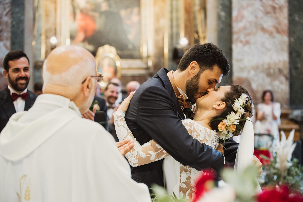 bride and groom kissing in a pic by Fabio Schiazza