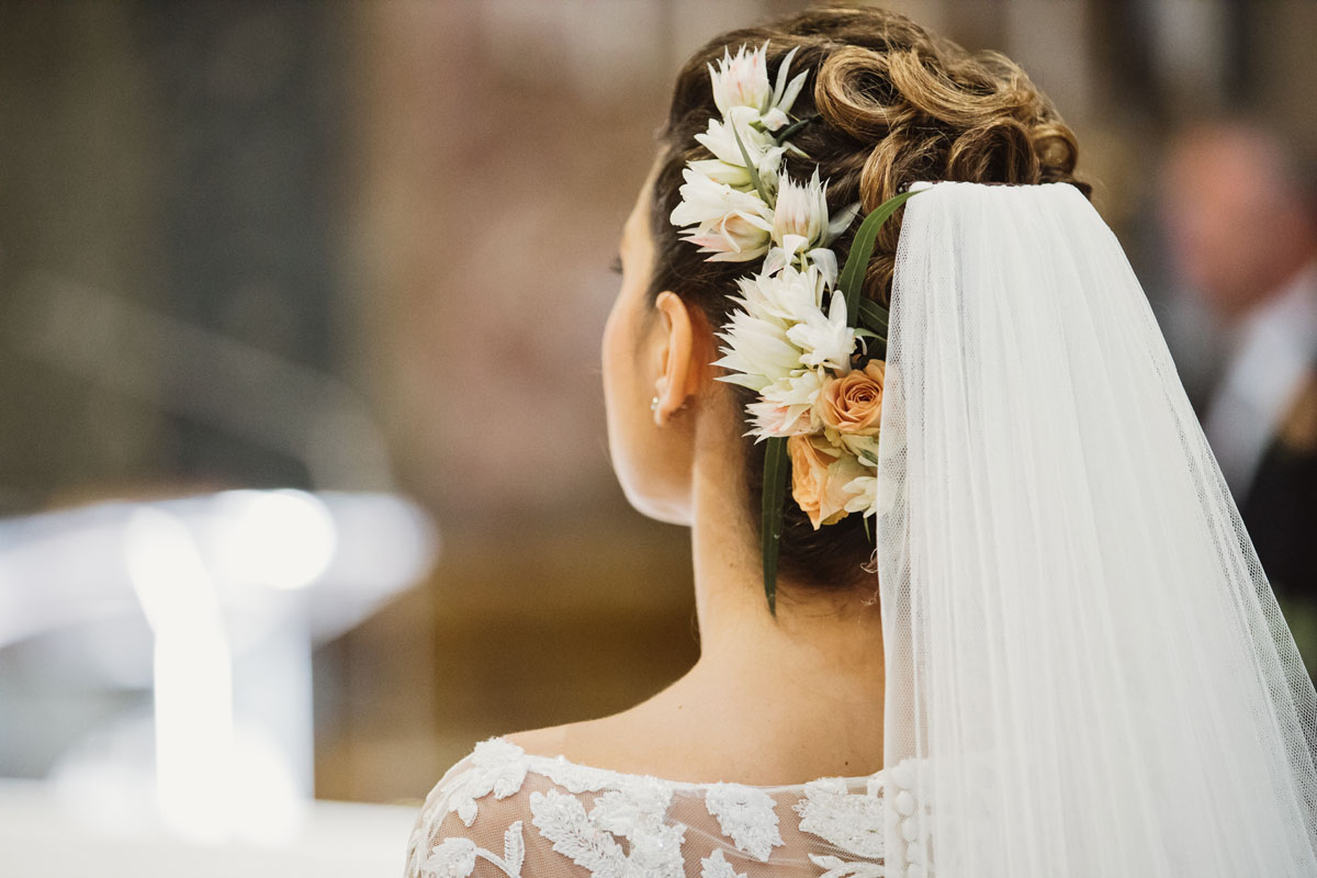 the bride's hair and flowers in a pic by Fabio Schiazza