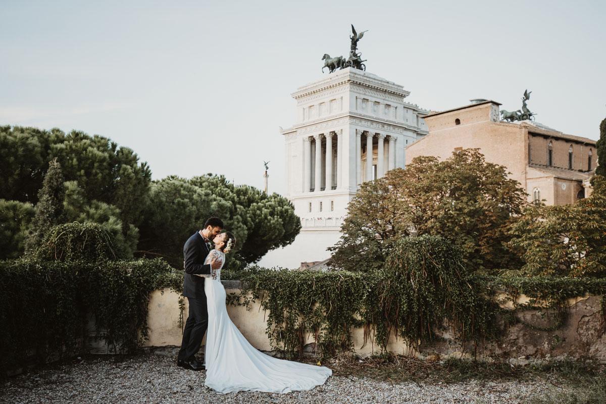 bride and groom and Altare della Patria in a pic by Fabio Schiazza