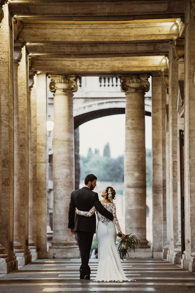 bride and groom @campidoglio in a pic by Fabio Schiazza