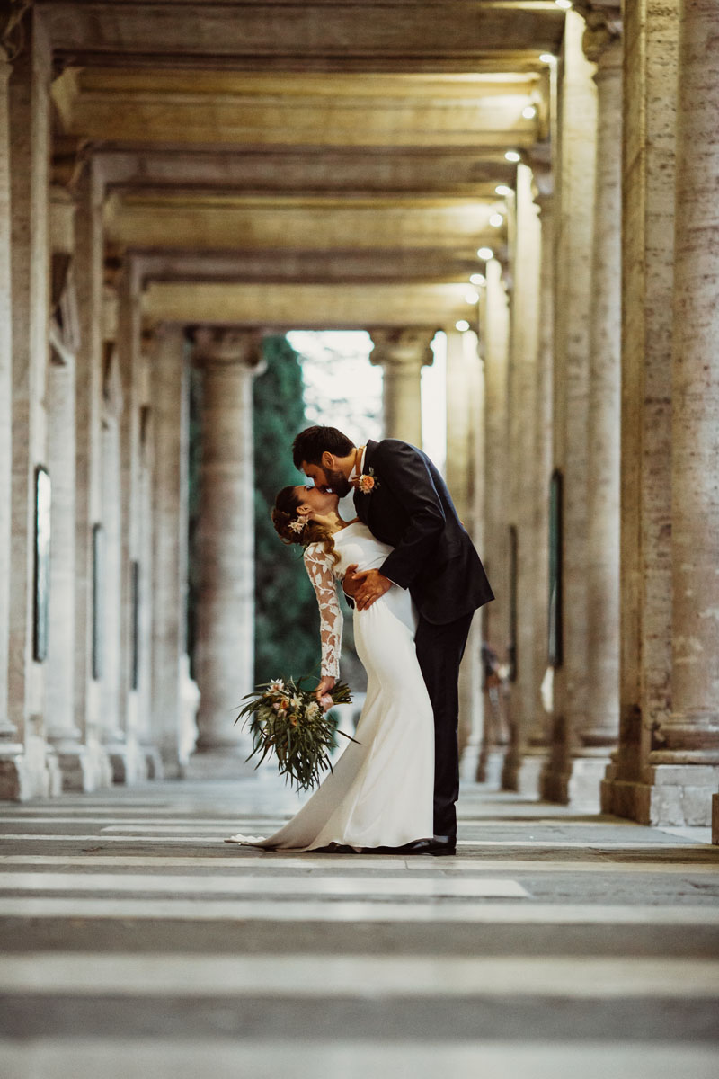 Bride and Groom at Campidoglio in a pic by Fabio Schiazza